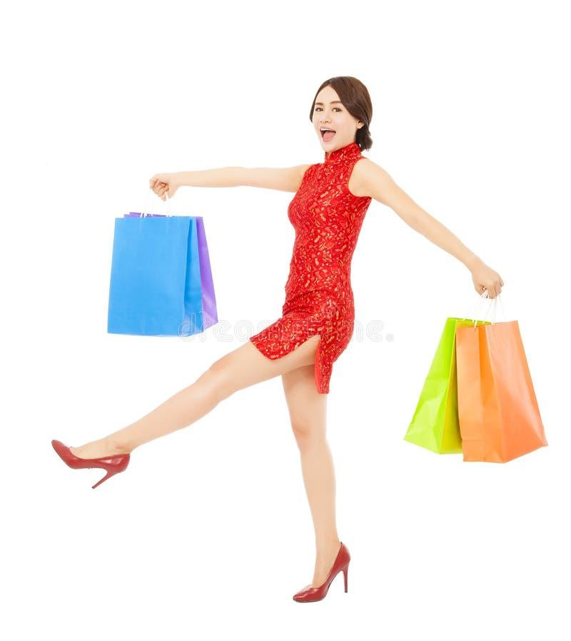 Gelukkige Aziatische vrouw die voor nieuwe jaargiften winkelen royalty-vrije stock afbeeldingen