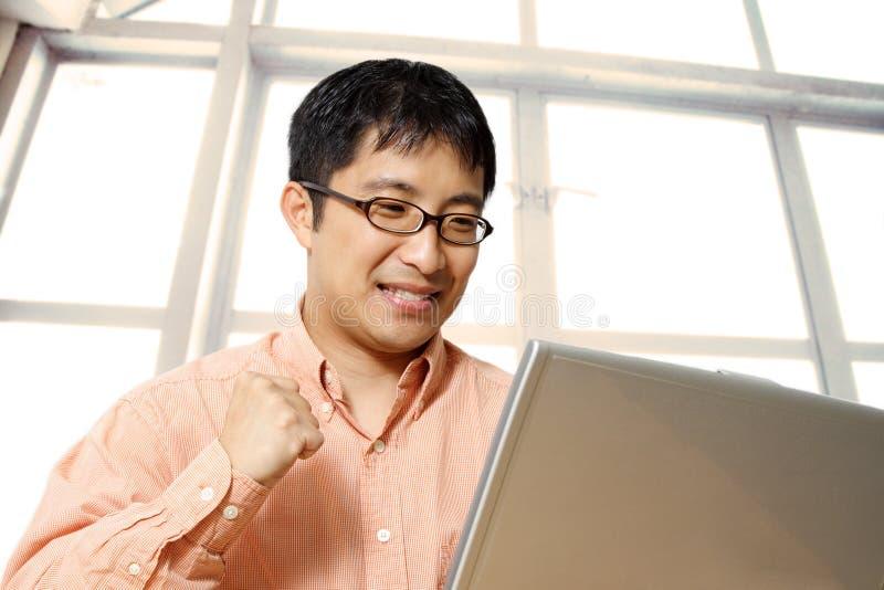 Gelukkige Aziatische zakenman stock foto's