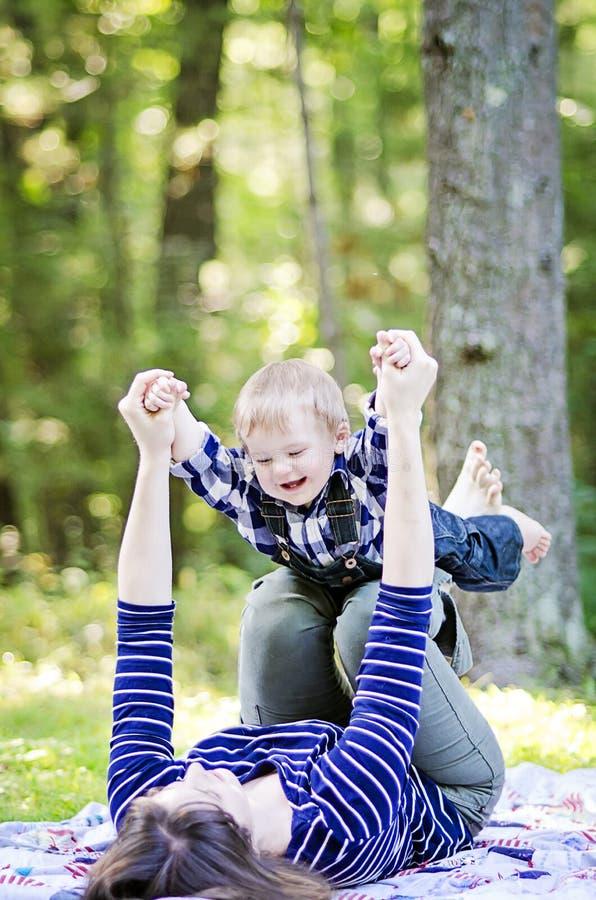 Gelukkige baby en moeder stock foto