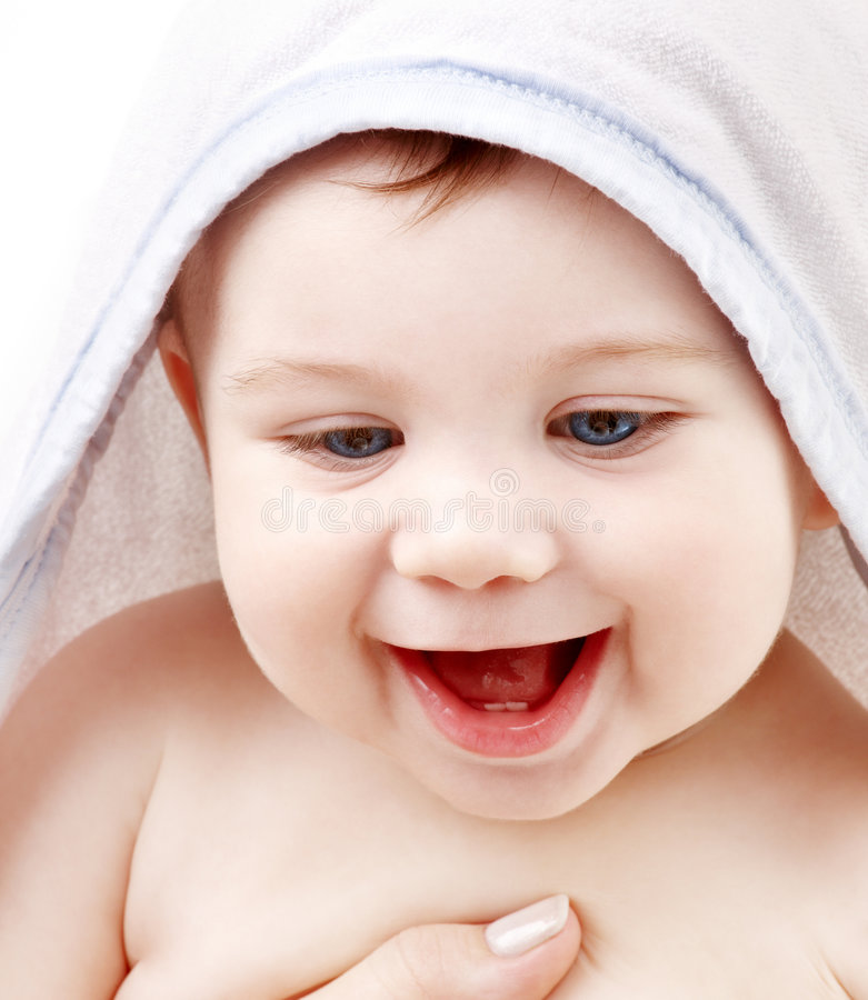 Gelukkige baby met badstof hoodie robe op hoofd stock foto's