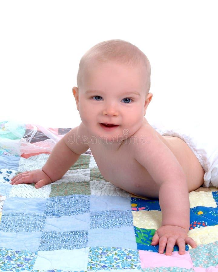 Gelukkige Baby op Dekbed stock fotografie