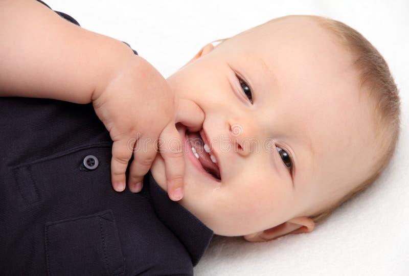 Gelukkige baby op rug stock foto