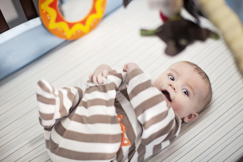 Gelukkige baby in voederbak stock afbeelding