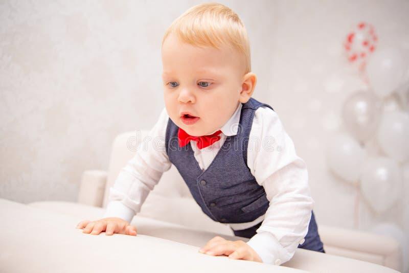 Gelukkige baby Weinig jongen in een witte overhemd en een vlinderdas Het portret van kinderen Modieuze mens in modieus een vlinde stock afbeeldingen