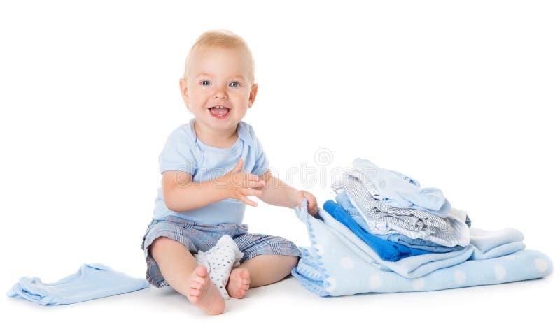 Gelukkige Babyzitting in Kleding, Peuterjong geitje met Handdoekdoek op Wit stock foto's