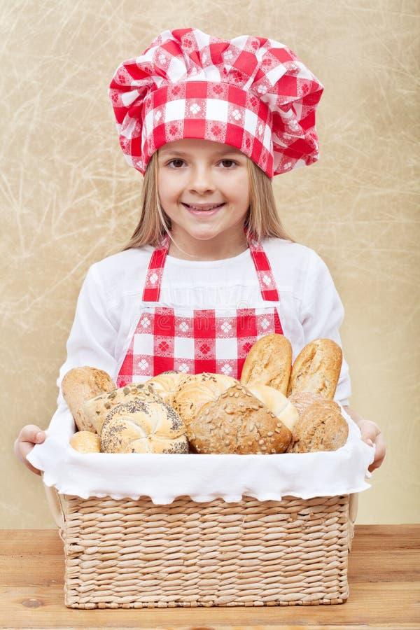 Gelukkige bakker die een mand met verse producten houden royalty-vrije stock afbeeldingen