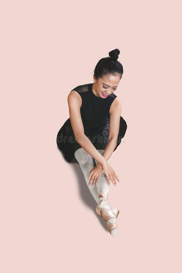 Gelukkige ballerinazitting in de studio royalty-vrije stock afbeelding