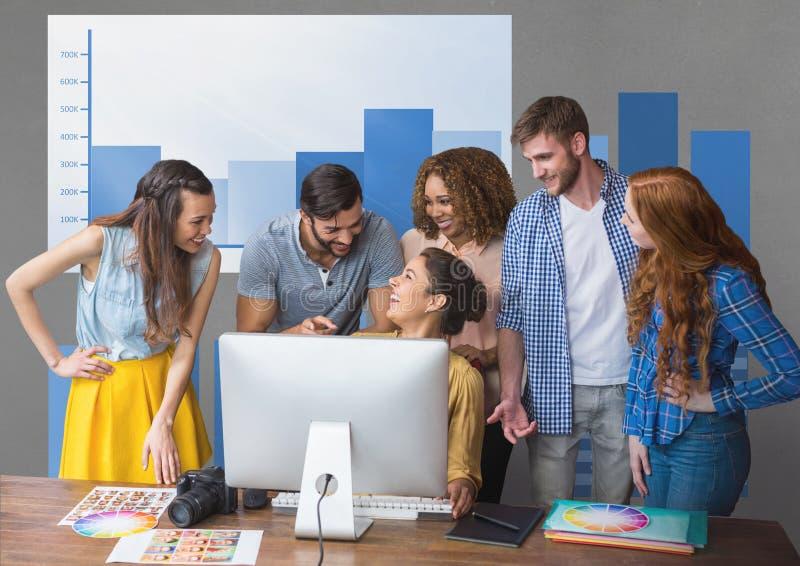 Gelukkige bedrijfsmensen bij een bureau die tegen grijze achtergrond met blauwe grafiek spreken royalty-vrije stock fotografie