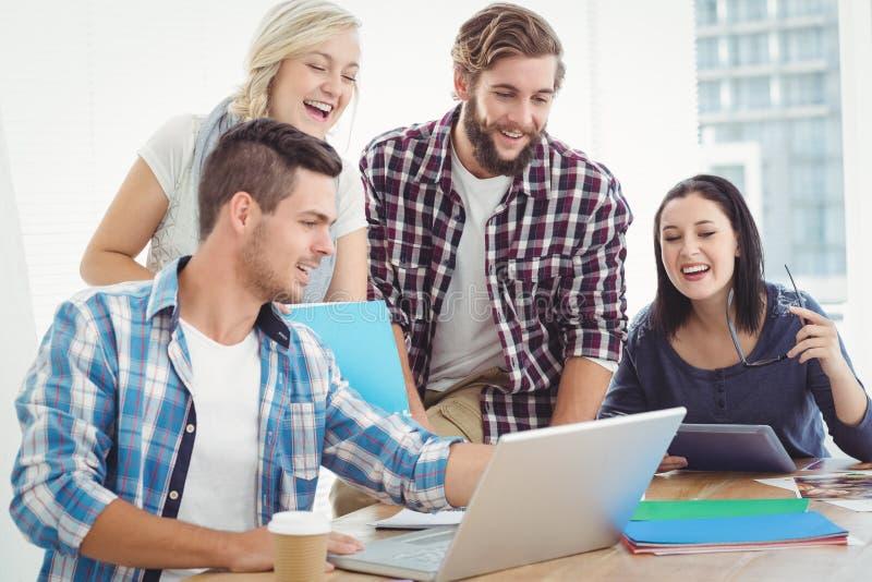 Gelukkige Bedrijfsmensen die aan Laptop werken stock fotografie