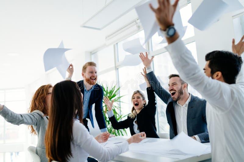 Gelukkige bedrijfsmensen die succes vieren royalty-vrije stock afbeelding