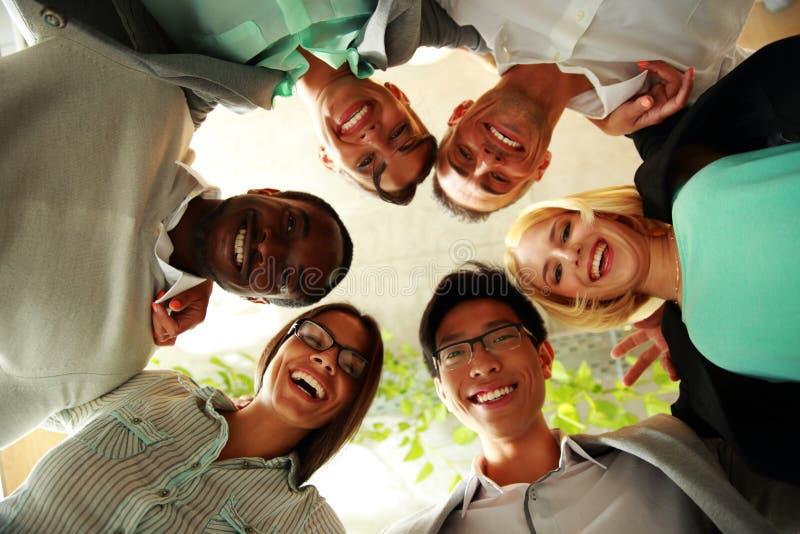 Gelukkige bedrijfsmensen met hun hoofden samen stock fotografie