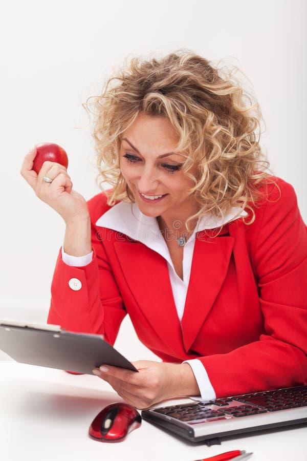 Gelukkige bedrijfsvrouw of beambte die een memorandum lezen stock foto
