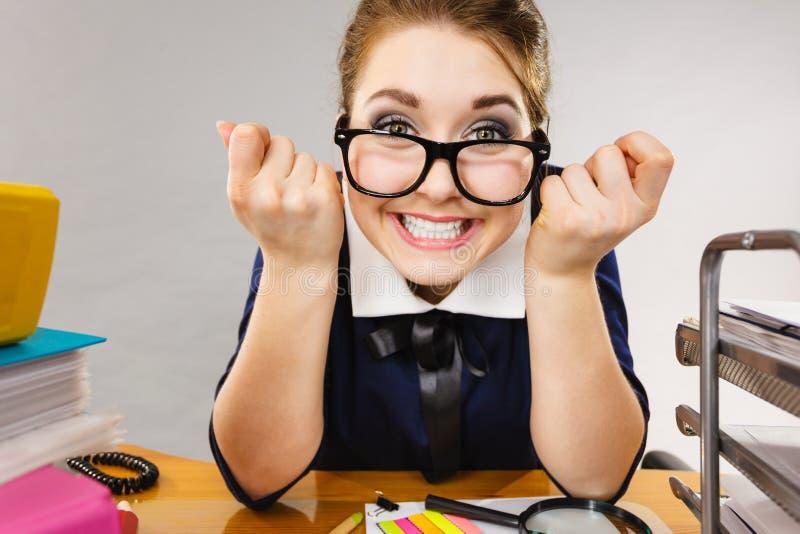 Gelukkige bedrijfsvrouw in bureau stock fotografie
