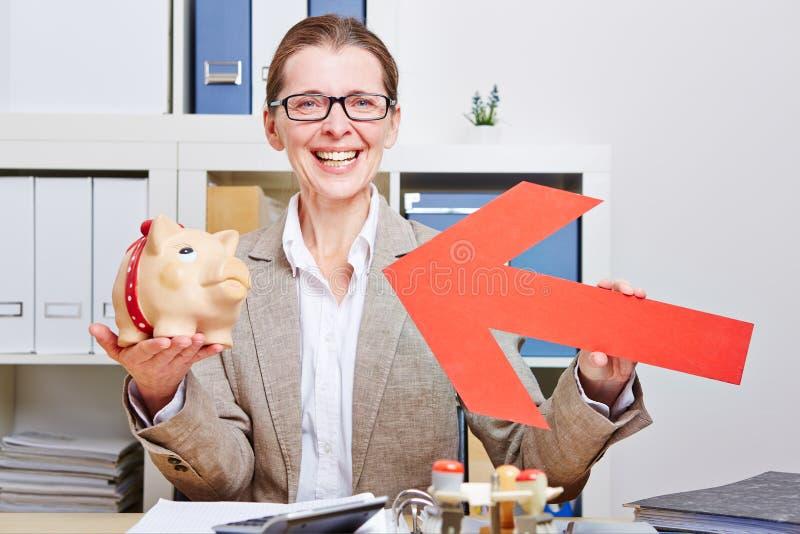 Download Gelukkige Bedrijfsvrouw Die Pijl Richten Stock Afbeelding - Afbeelding bestaande uit greep, baan: 29507595