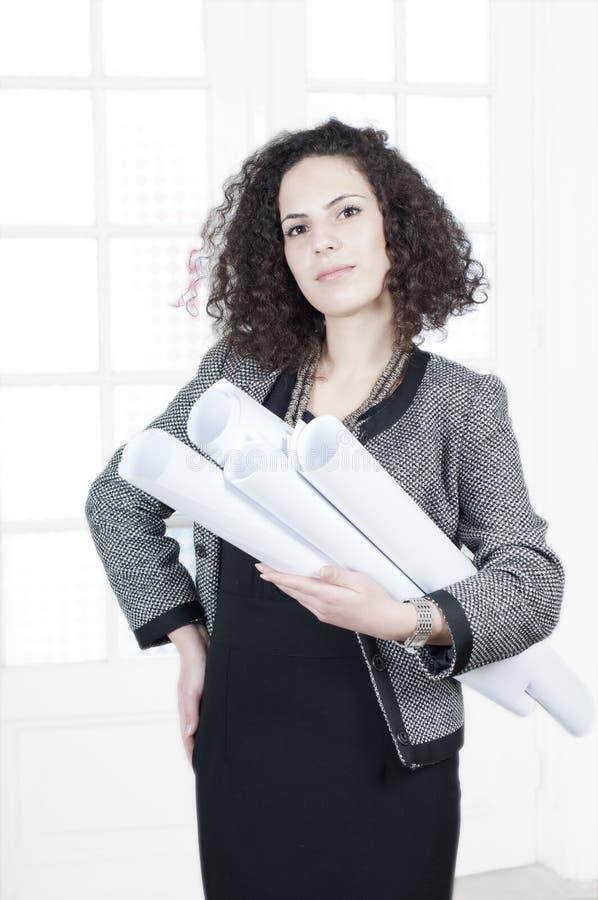 Gelukkige bedrijfsvrouw met documenten royalty-vrije stock afbeeldingen