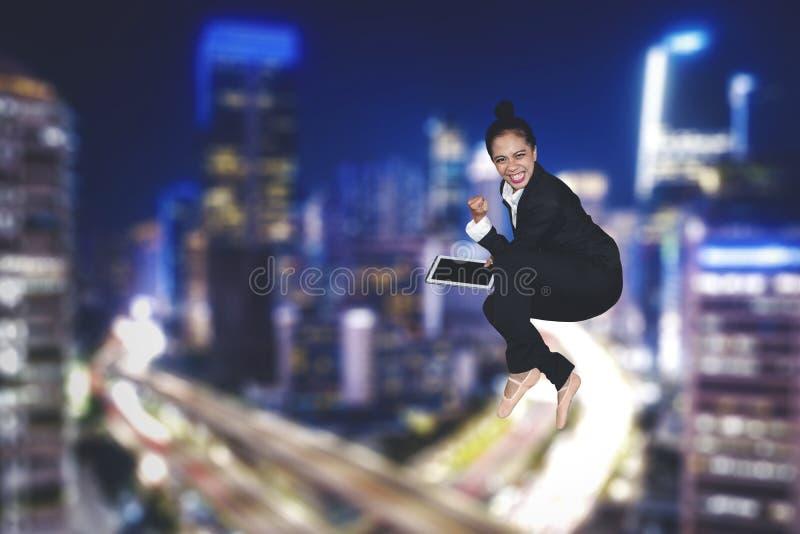 Gelukkige bedrijfsvrouw met tablet bij nacht royalty-vrije stock foto