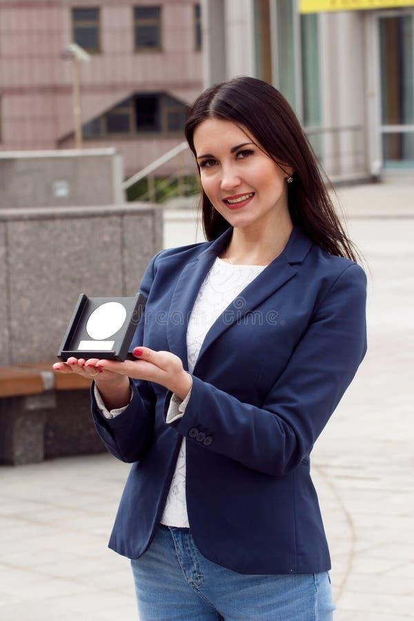 Gelukkige Bedrijfsvrouw met toekenning stock fotografie