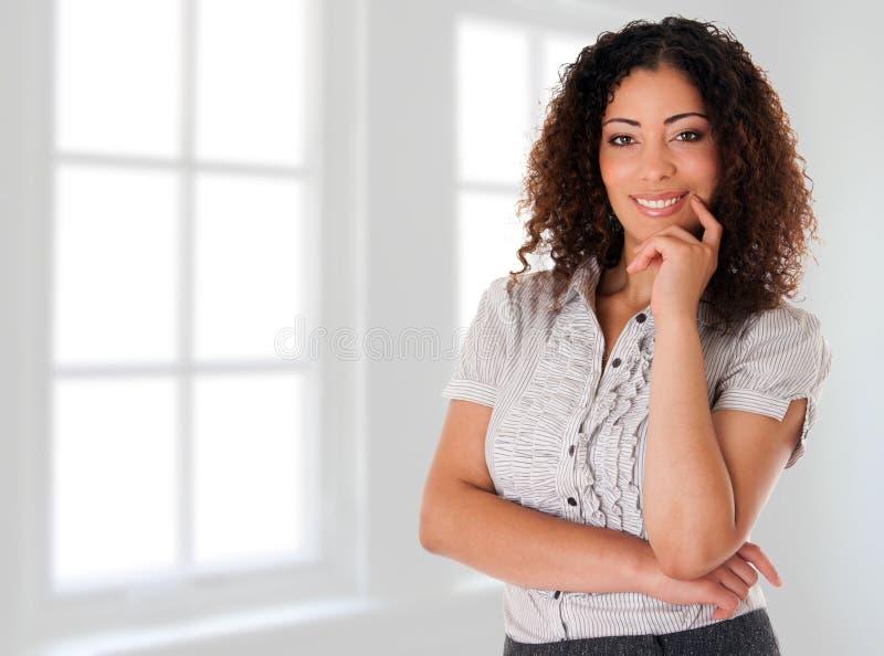 Gelukkige bedrijfsvrouw in nieuw bureau royalty-vrije stock foto's