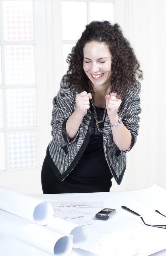Gelukkige bedrijfsvrouw op het werk stock afbeeldingen