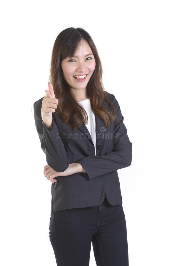 Gelukkige bedrijfsvrouwen die vooruit op witte die exemplaarruimte richten, op witte achtergrond wordt geïsoleerd stock foto's