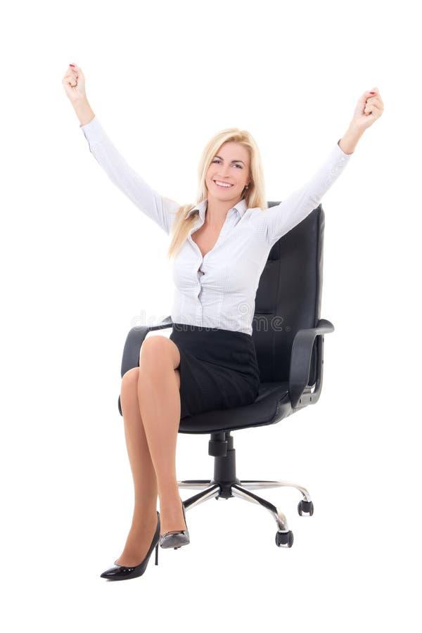 Gelukkige bedrijfsvrouwenzitting als bureauvoorzitter en het vieren suc royalty-vrije stock afbeelding
