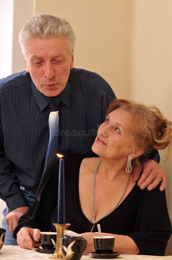 Gelukkige bejaarden in een restaurant royalty-vrije stock foto's