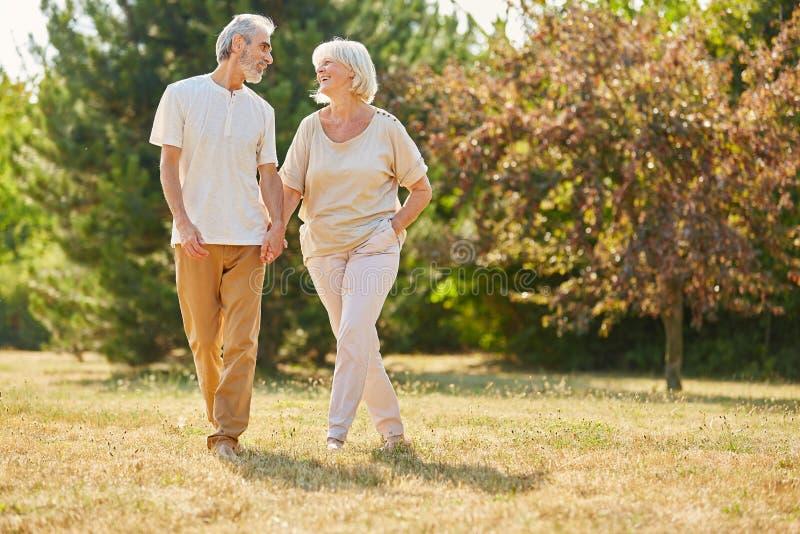 Gelukkige bejaarden in liefde het lopen stock foto