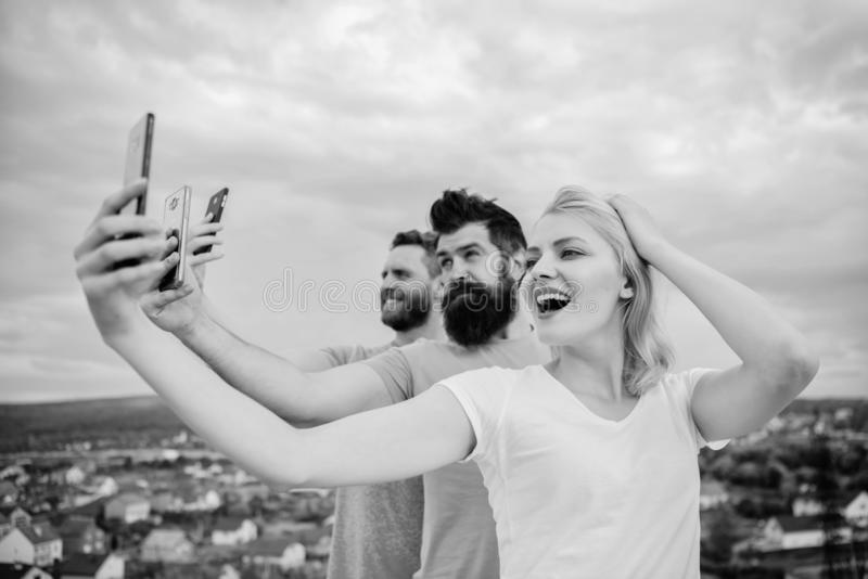 Gelukkige beste vrienden die selfie met camera nemen Vrienden op telefoon royalty-vrije stock foto's