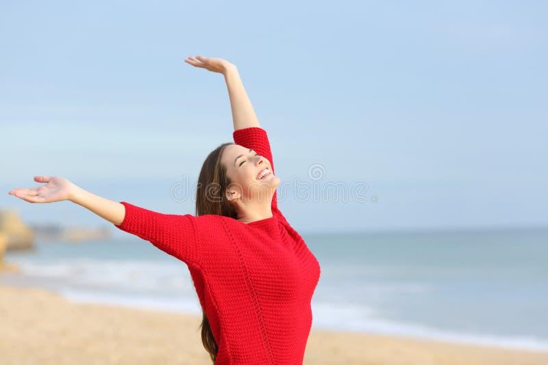 Gelukkige blije die vrouw in het strand wordt opgewekt royalty-vrije stock afbeelding