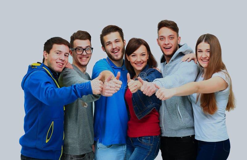 Gelukkige blije groep vrienden toejuichen die die op witte achtergrond wordt geïsoleerd? royalty-vrije stock foto