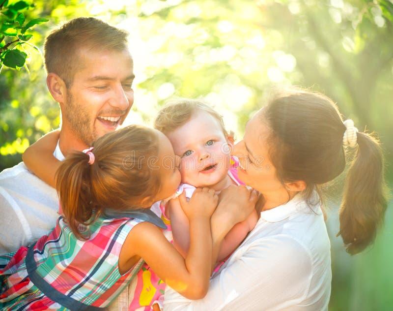 Gelukkige blije jonge familie die pret hebben in openlucht stock foto's