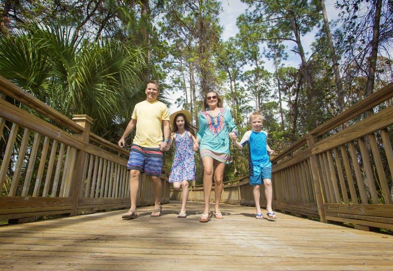 Gelukkige blije jonge familie die pret samen op vakantie hebben stock foto's