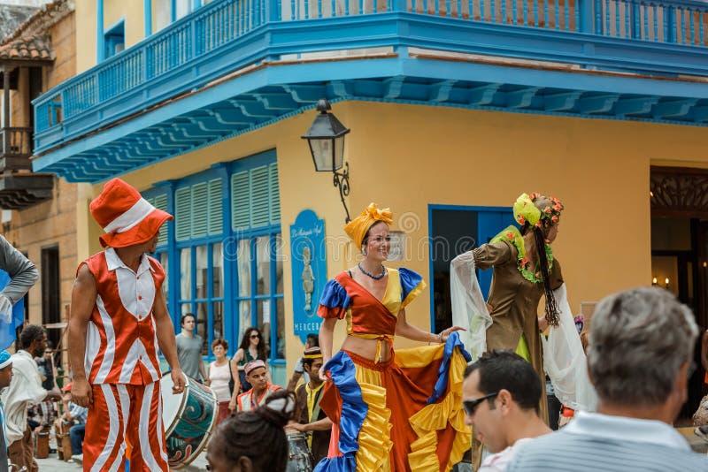 gelukkige blije mensen die en aan Cubaans Carnaval op de stadsstraat van Havana lopen deelnemen royalty-vrije stock foto's