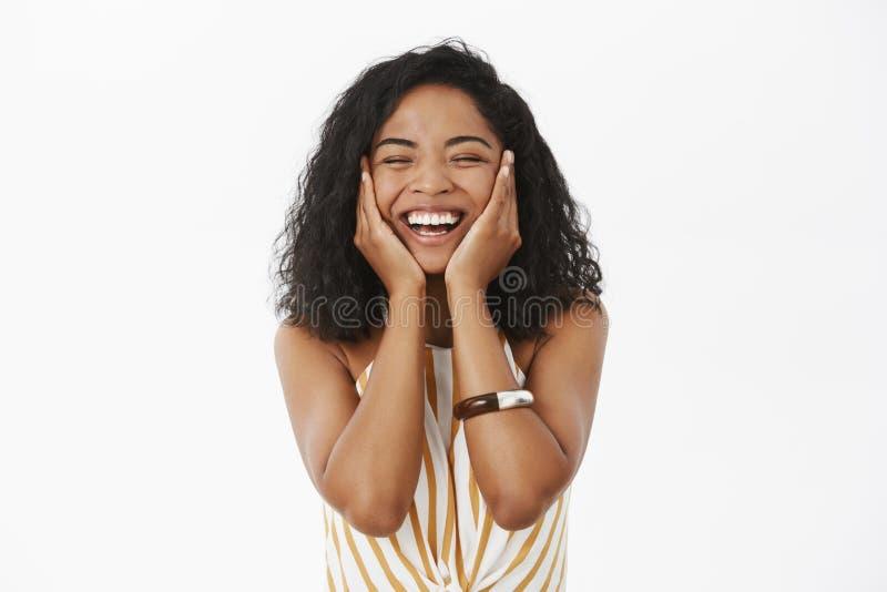 Gelukkige blije vriendschappelijk-kijkt het jonge Afrikaanse Amerikaanse vrouw voelen verrukt en vers na het wassen van de handen stock fotografie