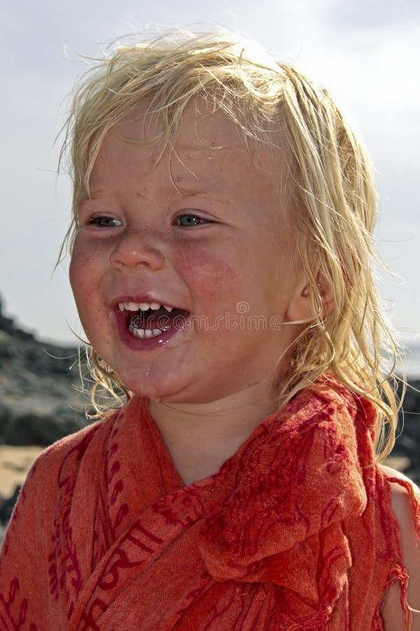 Gelukkige blonde jongen bij het strand royalty-vrije stock fotografie