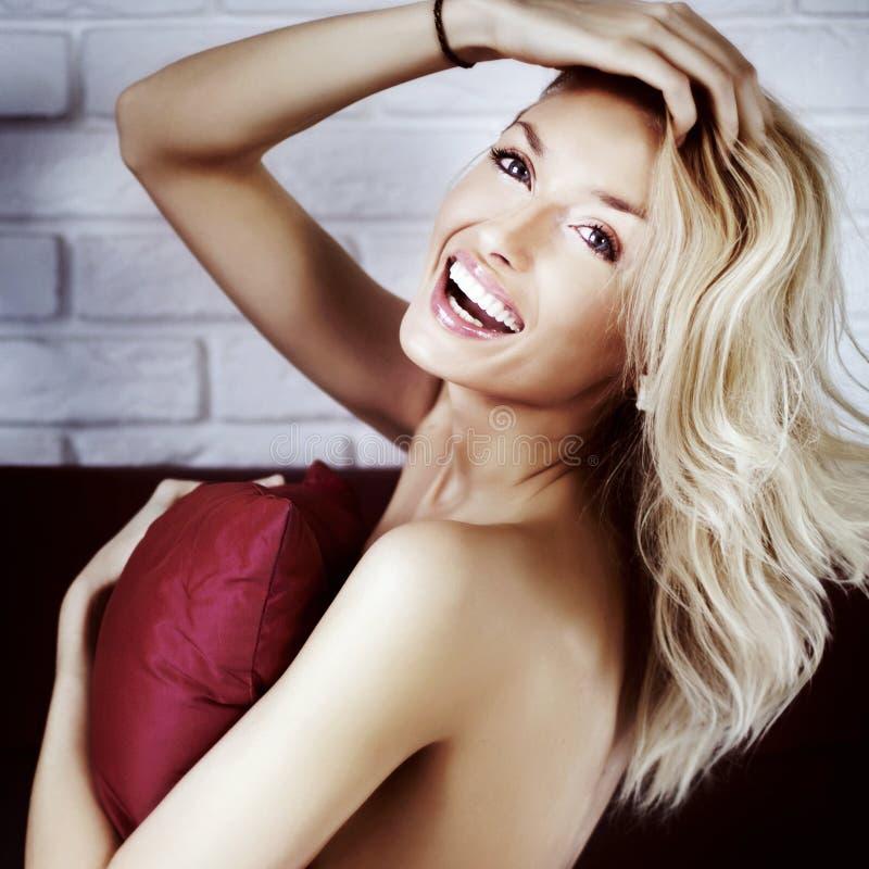 Gelukkige blondevrouw in bed stock foto's