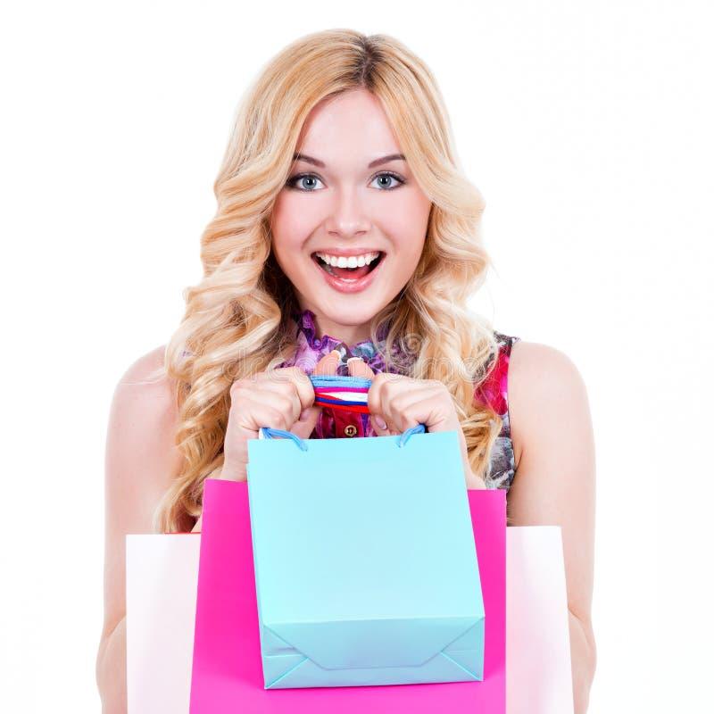 Gelukkige blondevrouw met gekleurde het winkelen zakken stock foto's