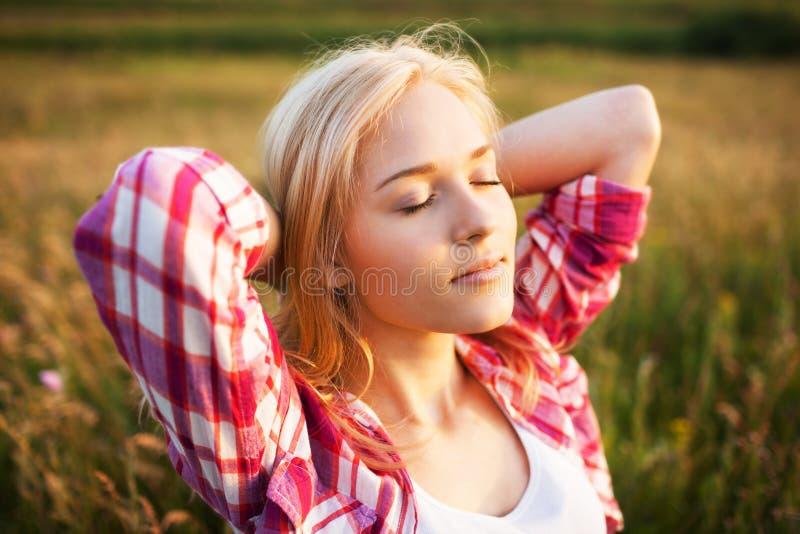 Gelukkige blondevrouw met gesloten ogen royalty-vrije stock afbeelding