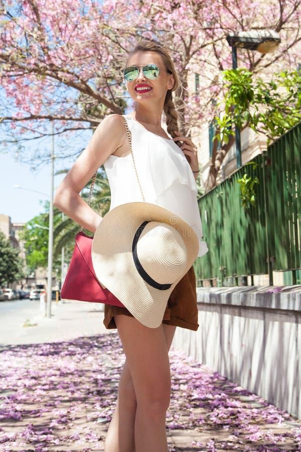 Gelukkige blondevrouw op vakantie royalty-vrije stock foto