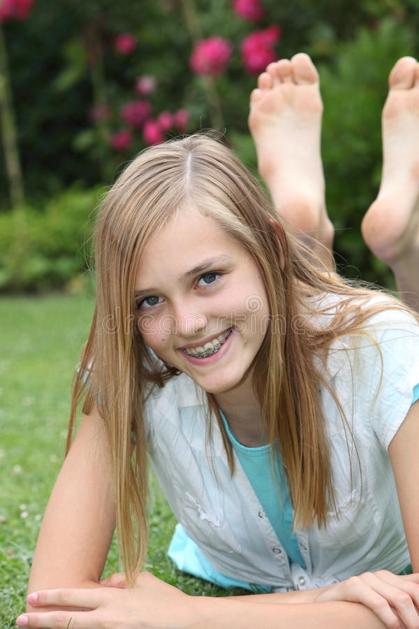 Gelukkige blootvoetse onbezorgde tiener stock foto