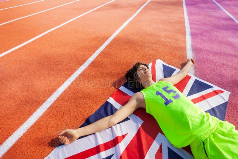 Gelukkige Britse marathonwinnaar die op het spoor leggen royalty-vrije stock foto's