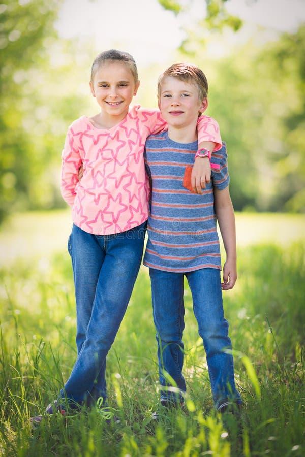 Gelukkige Broer en Zuster stock foto