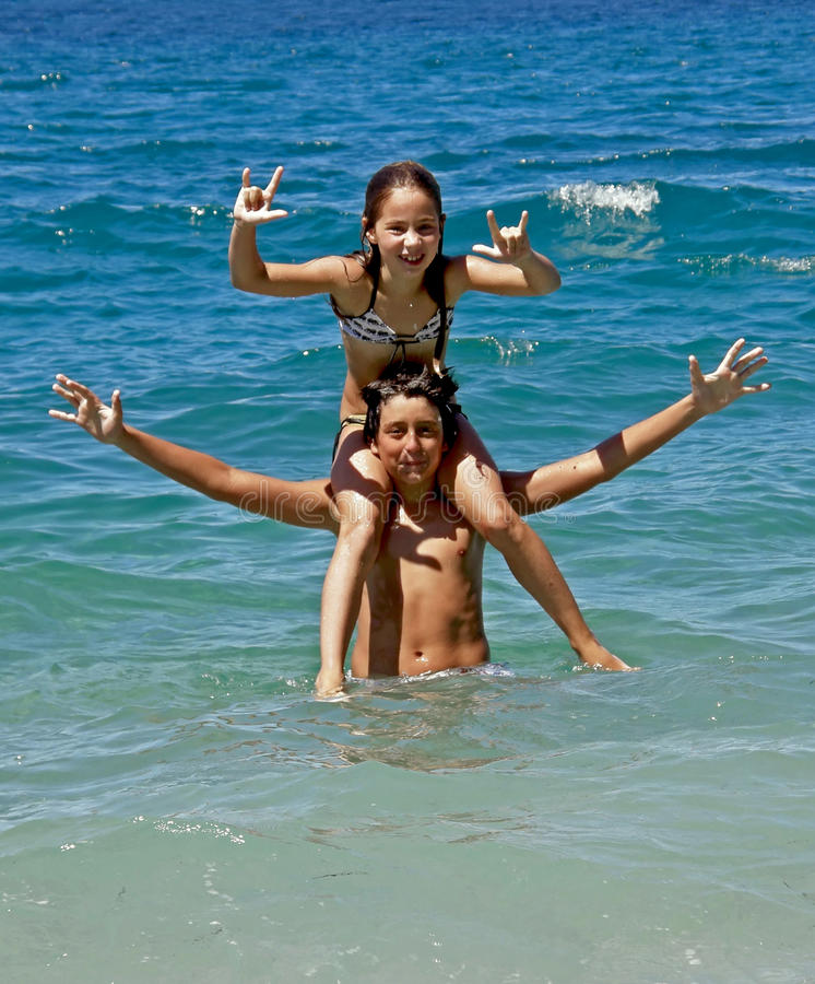 Gelukkige broer en zuster op overzees stock fotografie