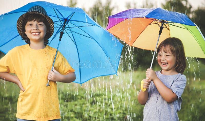Gelukkige broer met paraplu in openlucht stock afbeeldingen