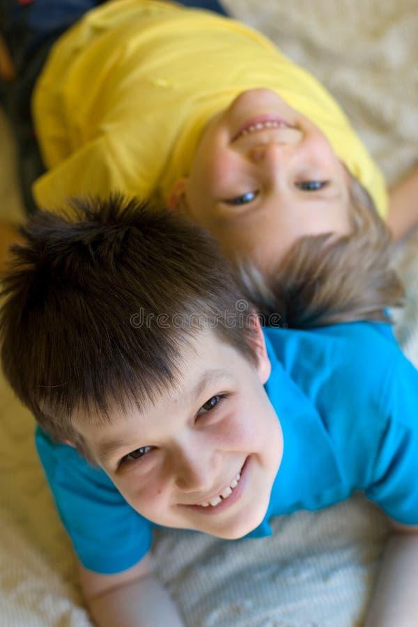 Gelukkige broers thuis stock afbeelding