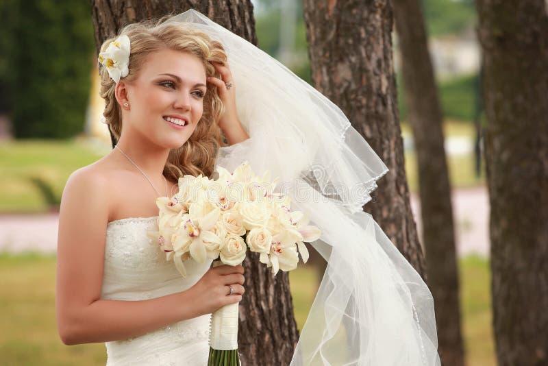 Download Gelukkige bruid stock afbeelding. Afbeelding bestaande uit vers - 10780949