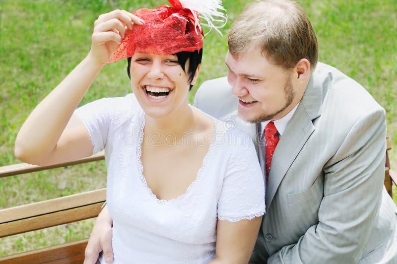 Gelukkige bruid en bruidegom stock afbeelding
