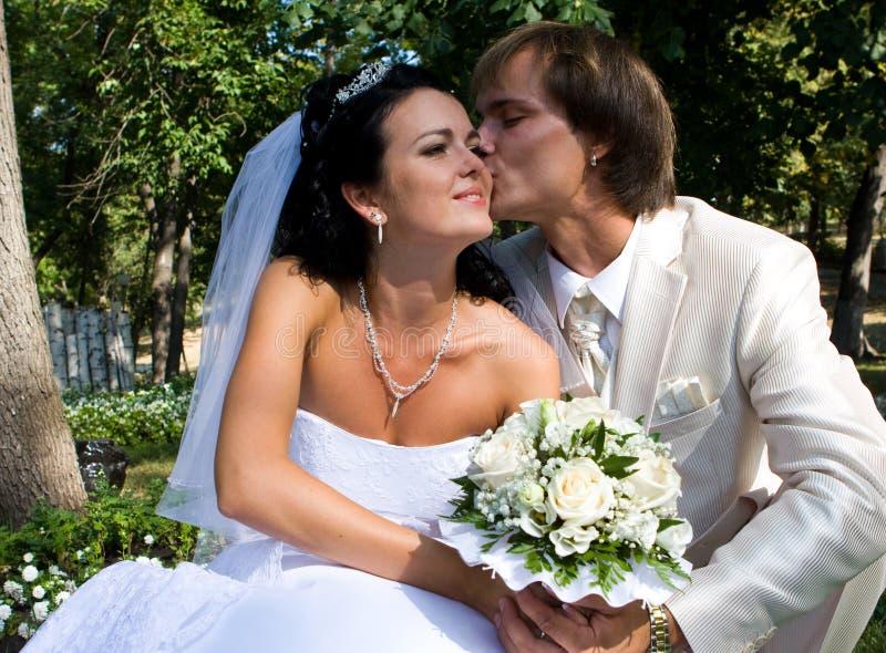 Gelukkige bruid en bruidegom stock foto