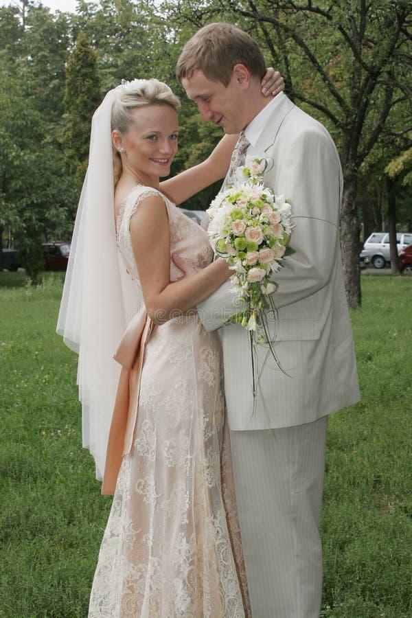 Gelukkige bruid en bruidegom royalty-vrije stock foto's