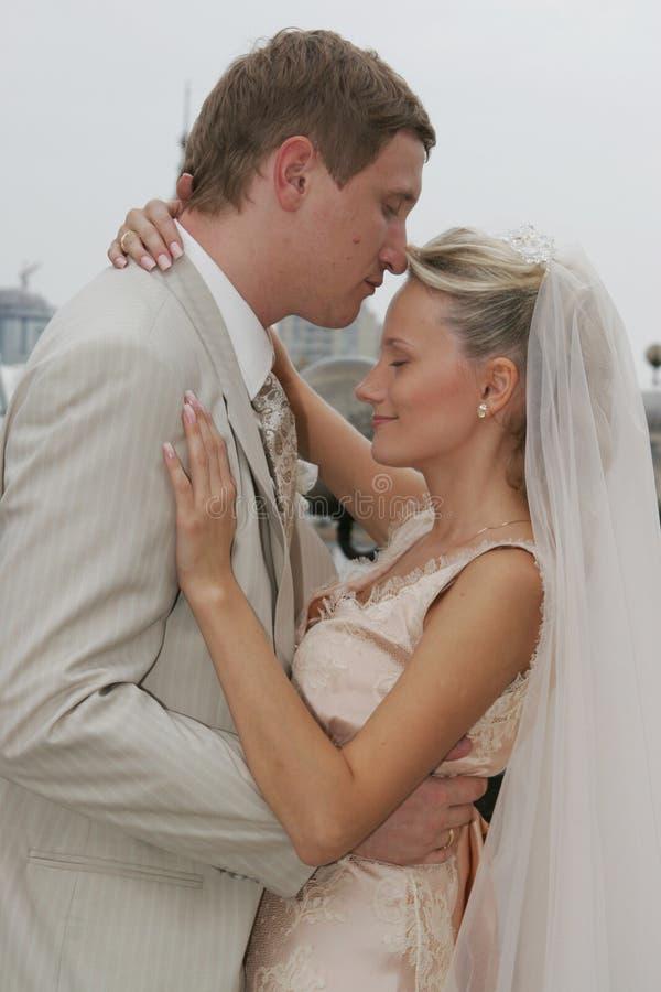 Gelukkige bruid en bruidegom royalty-vrije stock afbeeldingen